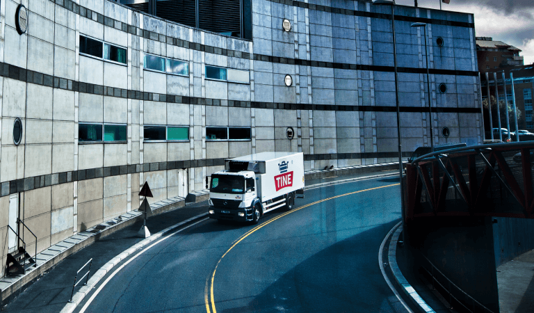 Mann kjører TINE lastebil